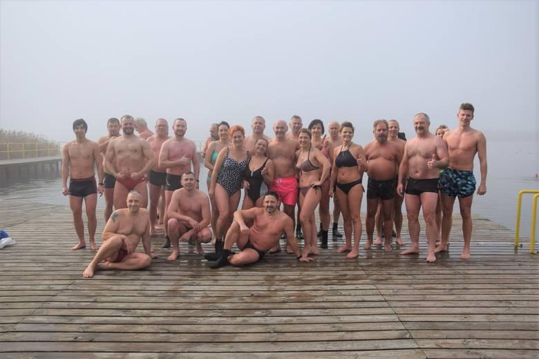 W niedzielę, 10 listopada, jak w każde jesienno-zimowe niedzielne południe, plaża jeziora Wilkowskiego wypełniła się gromadką amatorów zimnych kąpieli.