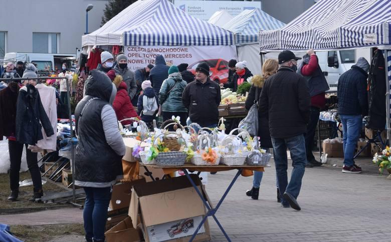 W niedzielę 14 marca na targu w Wierzbicy w powiecie radomskim było bardzo wielu sprzedających i kupujących. Pogoda dopisała, było ciepło. Można było