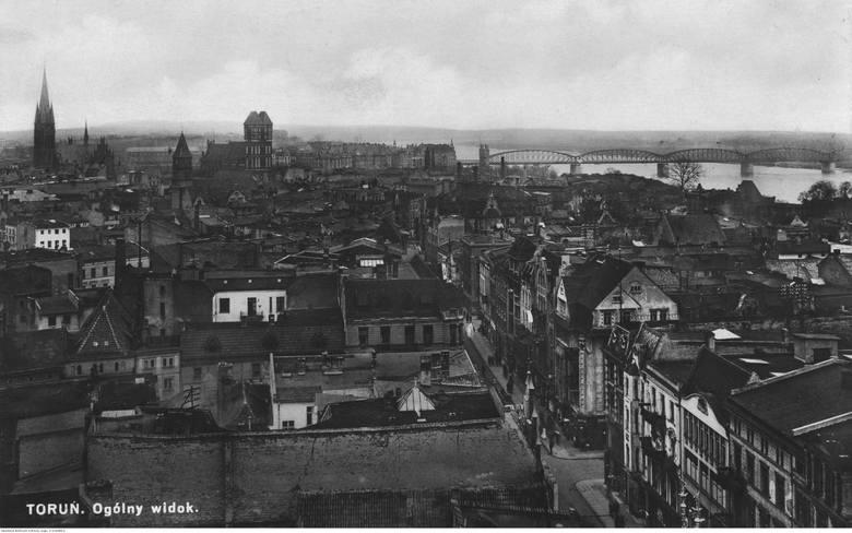 Widok zabudowy zespołu staromiejskiego z wieży ratuszowej. W głębi widoczny most kolejowo-drogowy (kolejowy od 1934 r.) z 1873 r.Data : 1910 - 1939