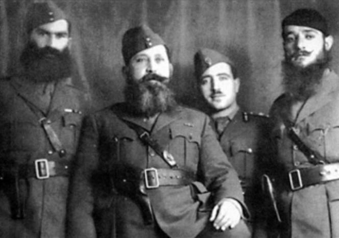 Napoleon Zervas (drugi z lewej)