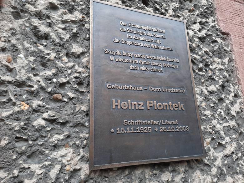 W Kluczborku na ścianie budynku przy ul. Byczyńskiej 13, gdzie mieszkał Heinz Piontek, wmurowana jest pamiątkowa tablica.