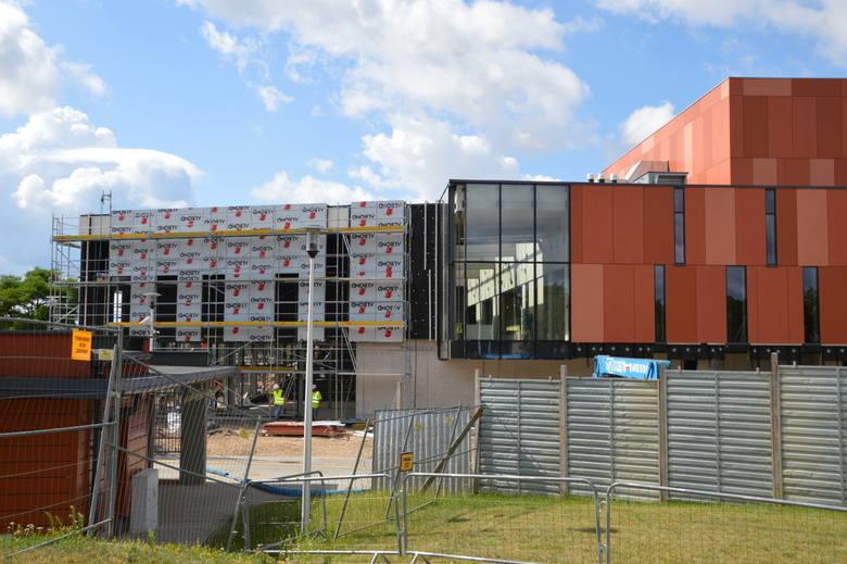 Hala Suwałki Arena. Największa hala sportowa w regionie ma już okna (zdjęcia)