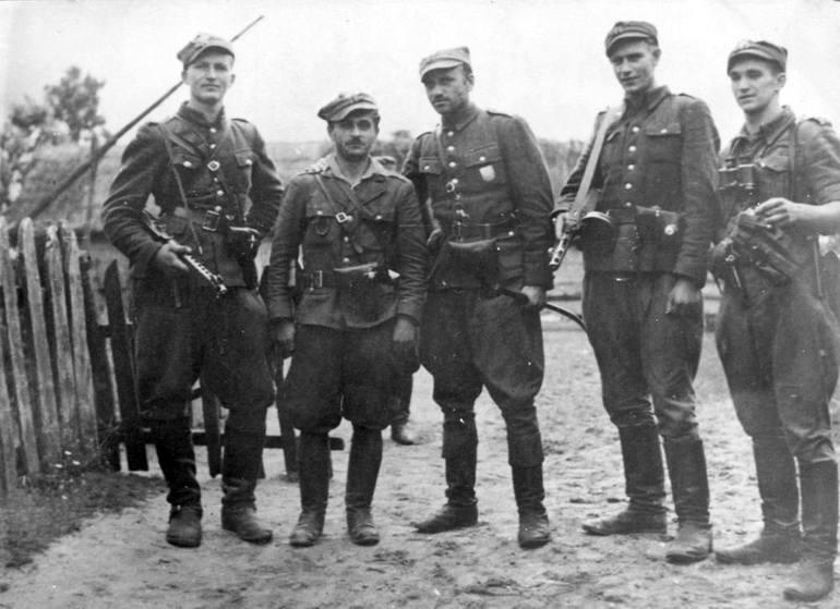 """Żołnierze V Wileńskiej Brygady AK. Stoją od lewej: ppor. Henryk Wieliczko """"Lufa"""", por. Marian Pluciński """"Mścisław"""","""
