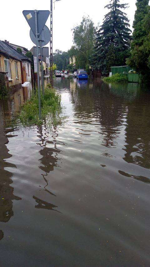 Burza i ulewy w regionie radomskim: podtopione piwnice, połamane drzewa. Są kolejne ostrzeżenia [RAPORT NA BIEŻĄCO]