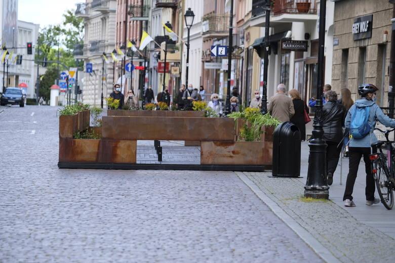"""Prawie gotowy był ogródek restauracji """"Kuranty"""" na Rynku Staromiejskim, u wylotu ulicy Chełmińskiej. Brakuje tylko stolików i sied"""