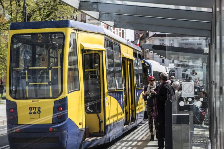 """""""W pojazdach MZK nie przestrzega się restrykcji związanych z epidemią. Tramwaje i autobusy są przepełnione. Jestem zmuszona korzystać ze środków komunikacji"""