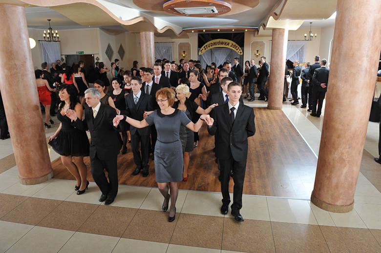 Maturzyści z Zespołu Szkół Ponadgimnazjalnych w Dobrodzieniu bawili się na studniówce w sobotę, 19 stycznia w restauracji w Pawonkowie.