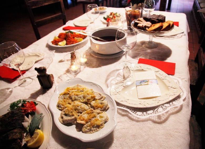 Tradycyjne potrawy wigilijne należą do tych bardziej kalorycznych. Podczas kolacji wigilijnej zjadając 12 potraw pochłaniamy pięć, a nawet sześć tysięcy