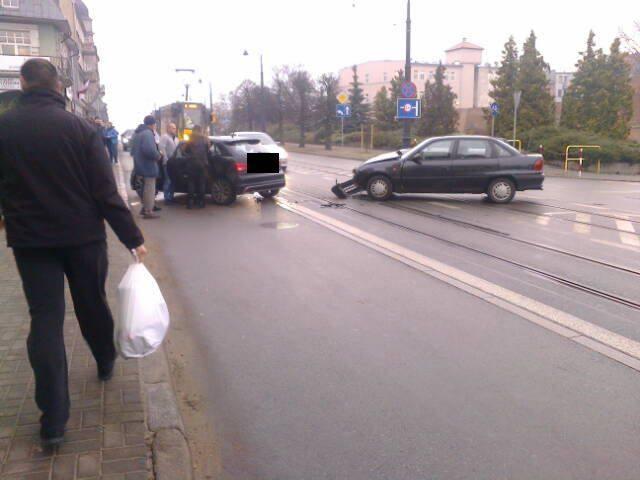 U zbiegu ulic al. 23 Stycznia oraz Małogroblowej zderzyły się opel oraz audi. Na kilkadziesiąt minut wstrzymany został ruch tramwajów.