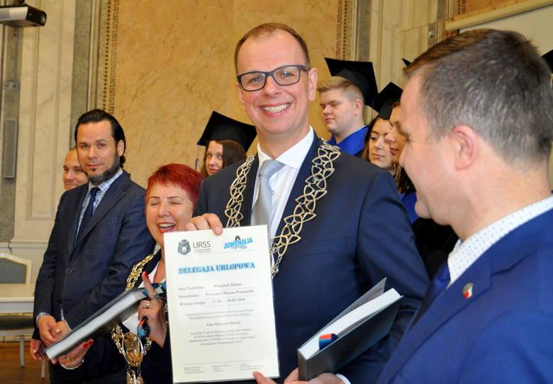 Prezydent Przemyśla Wojciech Bakun przekazał w piątek klucze do miasta studentom Państwowej Wyższej Szkoły Wschodnioeuropejskiej w Przemyślu. To znak,