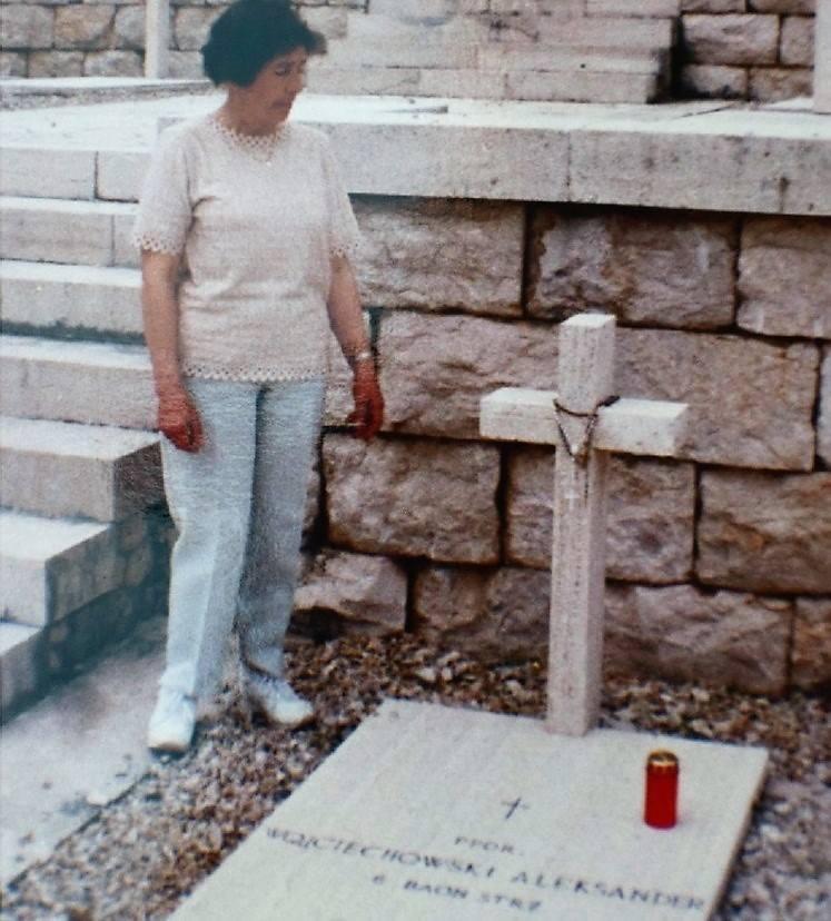 Zofia Zarębina, żona pana Romana, przy grobie Aleksandra Wojciechowskiego na Monte Cassino.