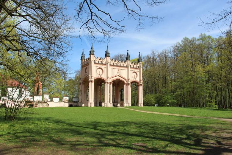 Ruiny Pałacu Paca w DowspudziePałac, zbudował w latach 1820-1827 generał wojsk polskich i napoleońskich, hrabia Ludwik Michał Pac. Gdy wyemigrował, rząd