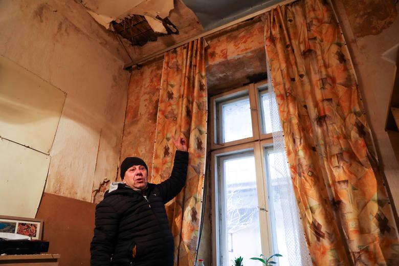 Kraków. Spadł mu sufit na głowę. Nie może się doczekać mieszkania od miasta [ZDJĘCIA]