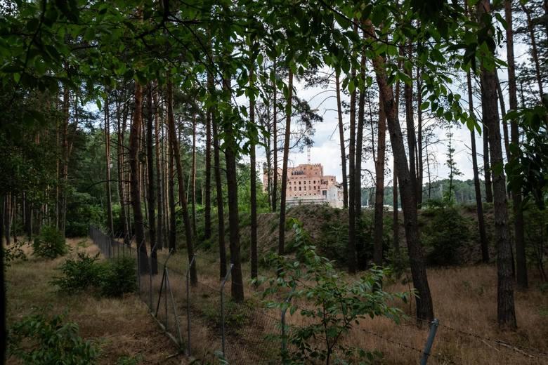 """Twórcy kanału """"Śladami PRL"""" weszli do środka zamku w Stobnicy. O inwestycji znajdującej się w Puszczy Noteckiej zrobiło się głośno"""