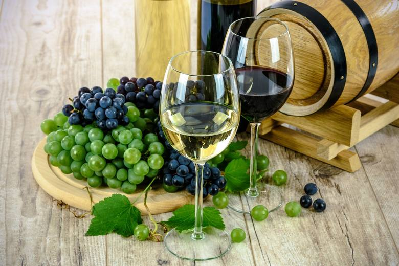AlkoholNa koniec: alkohol. Opcja tylko dla dorosłych. Ulubione wino, whisky czy inny trunek - to dobry prezent na tę okazję.