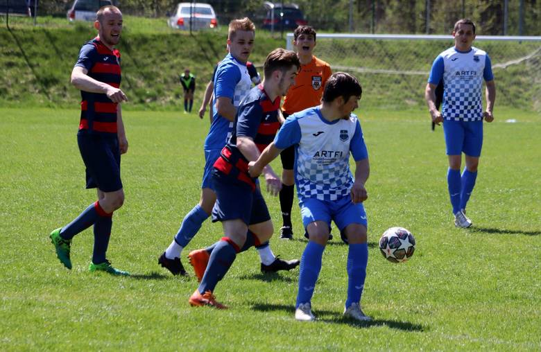 Najniższa liga piłkarska w regionie radomskim też jest bardzo emocjonująca. W pojedynku klasy B Zorza Kowala przegrała 1:2 z KS Maków. Przed przerwą