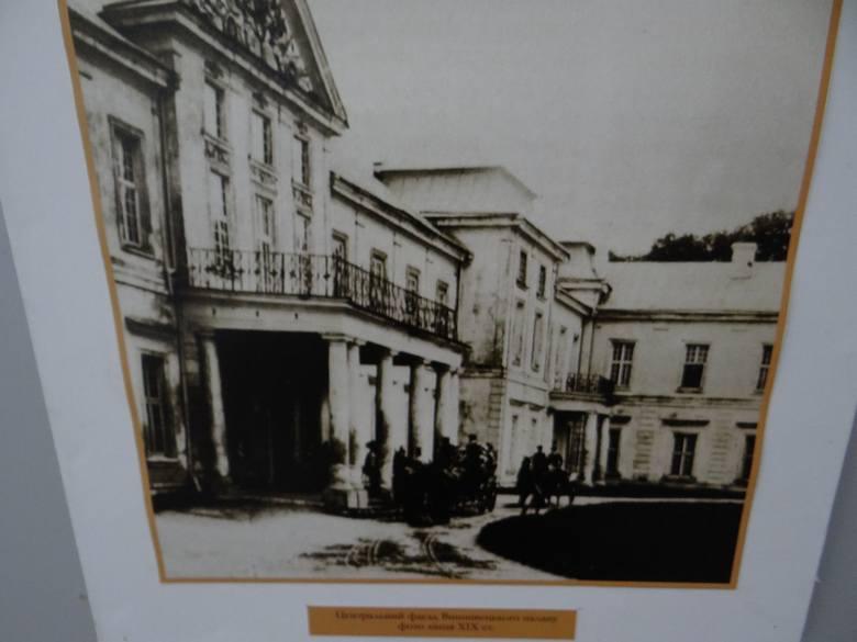 Pałac w Wiśniowcu, w którym zamieszkiwali polscy magnaci: Wiśniowieccy oraz Mniszkowie. Fotografia z okresu dawnej świetności, obecnie pałac jest w opłakanym stanie