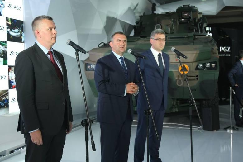 Minister obrony narodowej Tomasz Siemoniak, minister skarbu Włodzimierze Karpiński i prezes Polskiej Grupy Zbrojeniowej Wojciech Dąbrowski na scenie