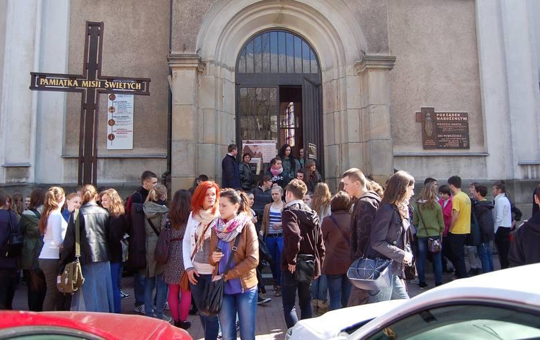 Na razie nie zapadły decyzje o zamknięciu kościołów. Biskupi apelują o modlitwę za zmarłych i chorych oraz o wygaśnięcie epidemii