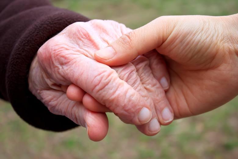 Reumatoidalne zapalenie stawów często dotyczy dłoni, ograniczając ich sprawność i powodując ból podczas wykonywania codziennych czynności. Trudność zaczyna