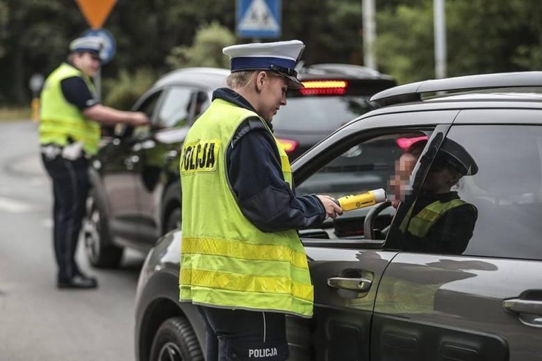 """Zielonogórska drogówka we wtorek, 16 lipca, prowadziła akcję """"Trzeźwy kierowca"""". Policjanci pojawili się na rondzie Zesłańców Sybiru. Policjanci z alkomatami"""