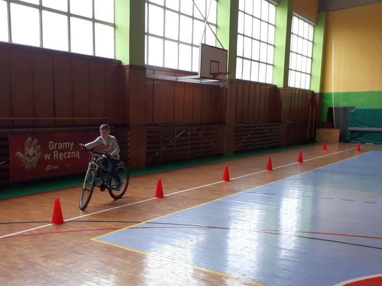 Maj to czas egzaminów - swój egzamin na kartę rowerową przed policjantami  zdawali młodzi ludzie w Osięcinach