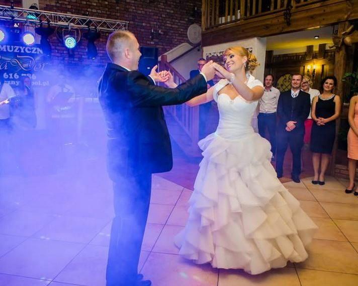 Życzenia na ślub. Mądre życzenia ŚLUBNE 2021. Czego życzyć młodej parze? Piękne, nieoklepane wiersze na ślub