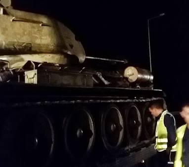 Ul. Kleeberga. Czołg zsunął się z lawety (zdjęcia)