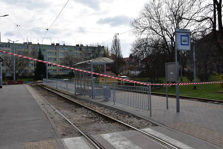 Ze względu na zły stan torowiska, ruch tramwajowy do Leśnicy został wstrzymany do odwołania.