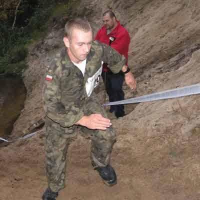 - Bieg w pełnym umundurowaniu w takim piasku to ogromny wysiłek - wspomina Maciej Kalawski.