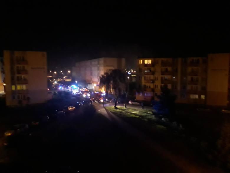 Pożar wybuchł po godz. 23.00 w mieszkaniu na 3. piętrze w bloku przy ul. Nauczycielskiej 16 w Grudziądzu. Na miejsce przybyły 4 zastępy straży pożarnej.