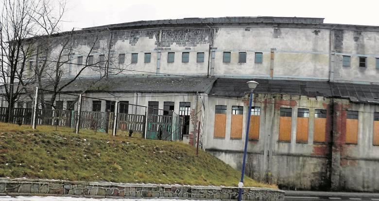 Budynek stoi od dawna pusty. Co jakiś czas włamują się do niego złomiarze i kradną, co się da. W ubiegłym roku znalazł się na liście obiektów do wyb