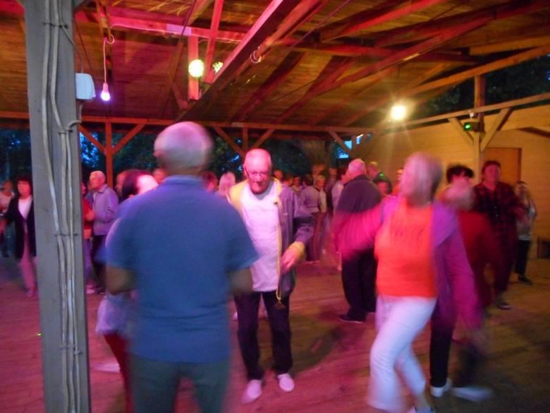 Członkowie Klubu Seniora Jutrzenka dwa tygodnie spędzili w Sarbinowie nad Bałtykiem. Wspomnienia mają miłe, bo pogoda dopisała znakomicie, a do tego mieli moc atrakcji – ognisko z pieczeniem kiełbasek, wieczorki taneczne, plaża... Za rok znowu odwiedzą polski Bałtyk.