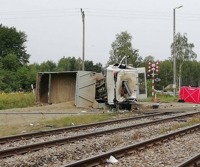 W miejscowości Przędzel pod Niskiem ciężarówka zderzyła się z pociągiem. Kierowca nie żyje, maszynista jest ranny