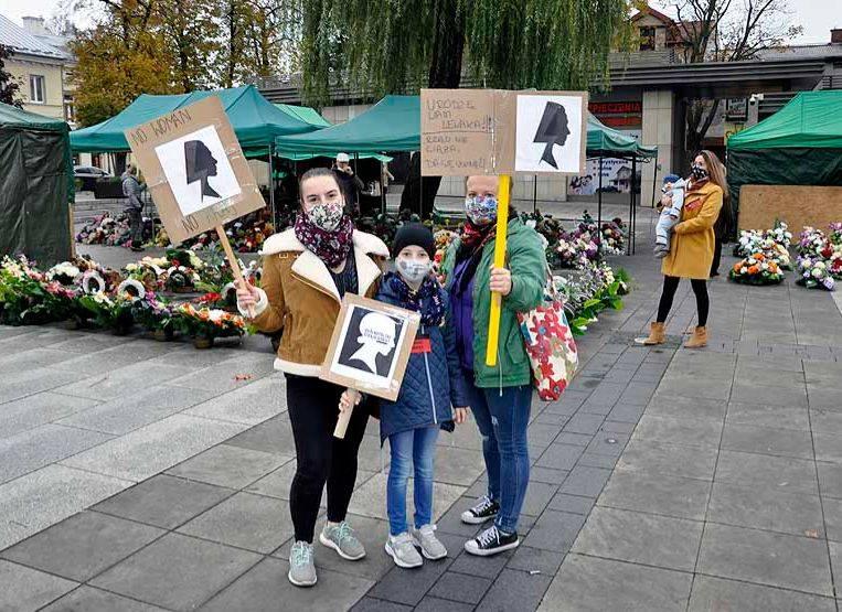 Na grójeckim Rynku przy Placu Wolności odbył się spontaniczny spacer osób, które nie zgadzają się z decyzją Trybunału Konstytucyjnego w kwestii zakazu