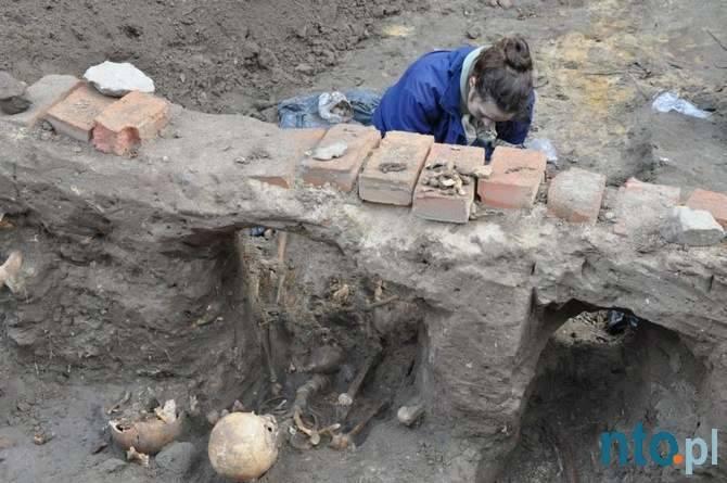 Średniowiecznie cmentarzysko w Byczynie. Szczątki 450 osób odkopali archeolodzy tuż obok byczyńskiego Rynku.