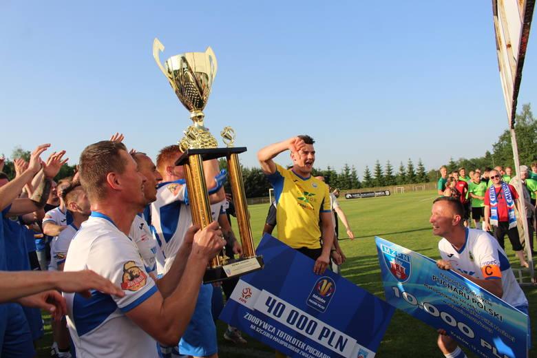 Wygrywając finał, Hutnik zarobił 50 tysięcy złotych: 40 tys. to nagroda od PZPN, 10 tys. od MZPN.