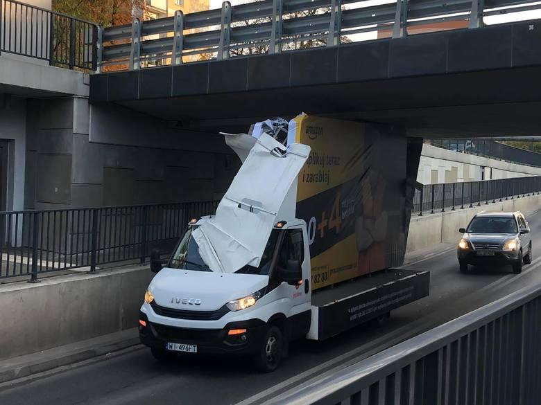 Laweta z reklamą utknęła pod wiaduktem na Niciarnianej w Łodzi. Są utrudnienia z przejazdem
