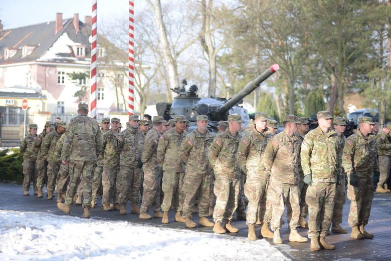 Defilada żołnierzy amerykańskich w Żaganiu.