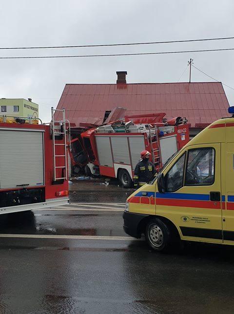 Sokółka. Wóz strażacki wjechał w dom. Cztery osoby ranne (zdjęcia)