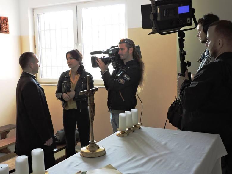TVP 1 nagrała program o posłudze więziennego kapelana Zakładu Karnego w Łowiczu [ZDJĘCIA]