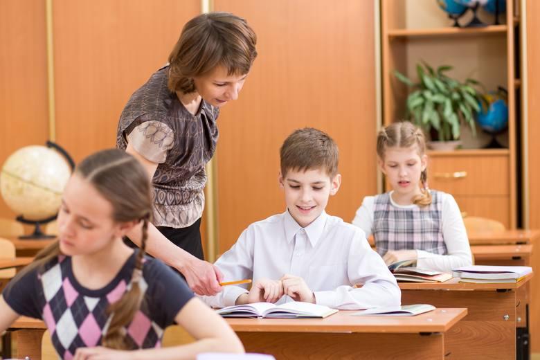 Minimalne wynagrodzenia zasadnicze nauczycieli są ustalane przez ministra odpowiedzialnego za oświatę. Na wysokość zarobków wpływ ma stopień awansu zawodowego,