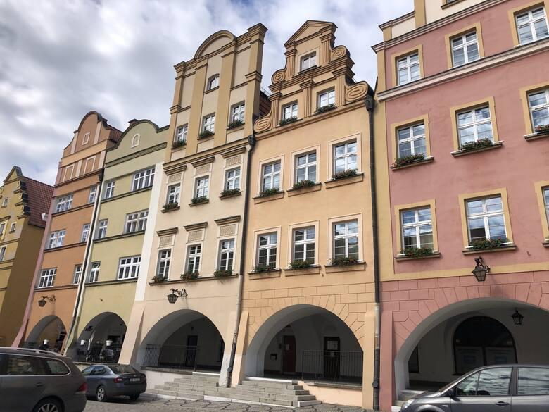Jelenia Góra to dziś miasto w województwie dolnośląskim na prawach powiatu. Miasto jest bardzo często mylone z Zieloną Górą...