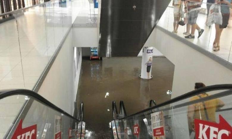 Burza w regionie: zalany parking w Jaworznie i zerwany dach w Zdowie