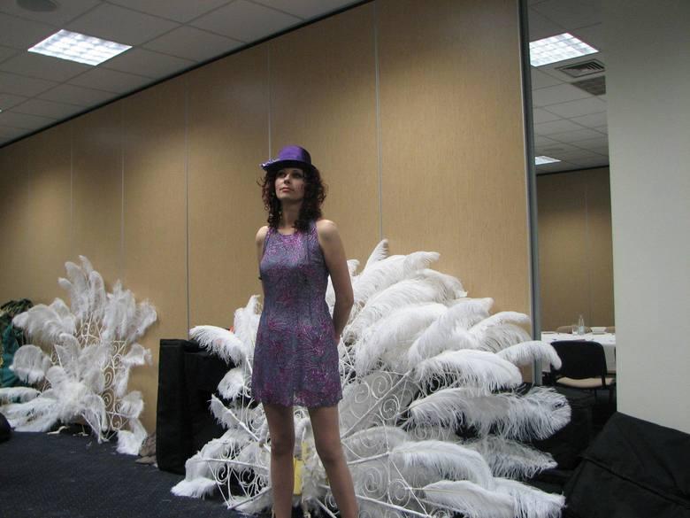 Magda Skubisz na zapleczu przygotowuje się do występów. Garderoba była wspólna z tancerkami.