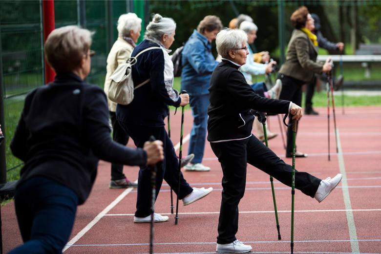 Miejsce 1. Kraków (miasto) – mężczyźni 76 lat i 10 miesięcy, kobiety 82 lata i 9 miesięcy.Tu ważna uwaga: jeśli mężczyźnie uda się przeżyć w dobrym zdrowiu