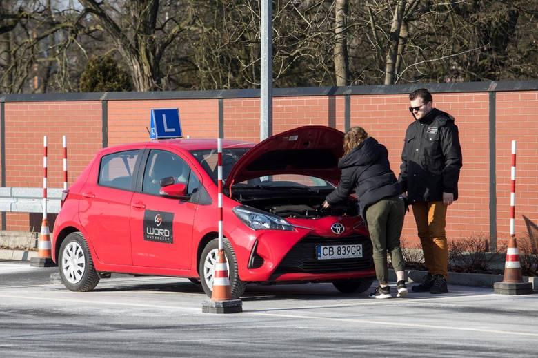 Pierwsze zadanie na placu manewrowym podczas praktycznego egzaminu na prawo jazdy to przygotowanie do jazdy, sprawdzenia stanu technicznego podstawowych