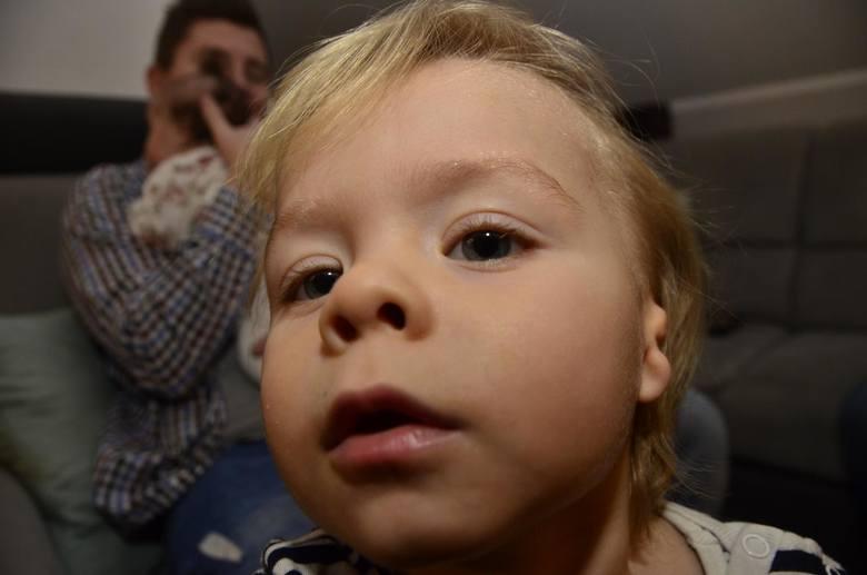 Mikołaj urodził się bez uszu. Dzięki wsparciu darczyńców udało się zebrać pond 700 tys. złoty, dzięki którym chłopiec będzie mógł polecieć do Los Angeles na operację rekonstrukcji małżowin usznych i otwarcie kanałów słuchowych