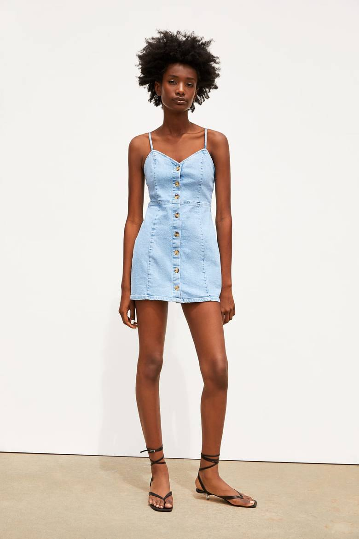Sukienka jeansowa ZARAJeans nigdy nie wyjdzie z mody. Za to go uwielbiamy! Sukienkę wyróżnia zapięcie na kontrastowe guziki z przodu. Cena: 109,00 złMISTRZOWIE