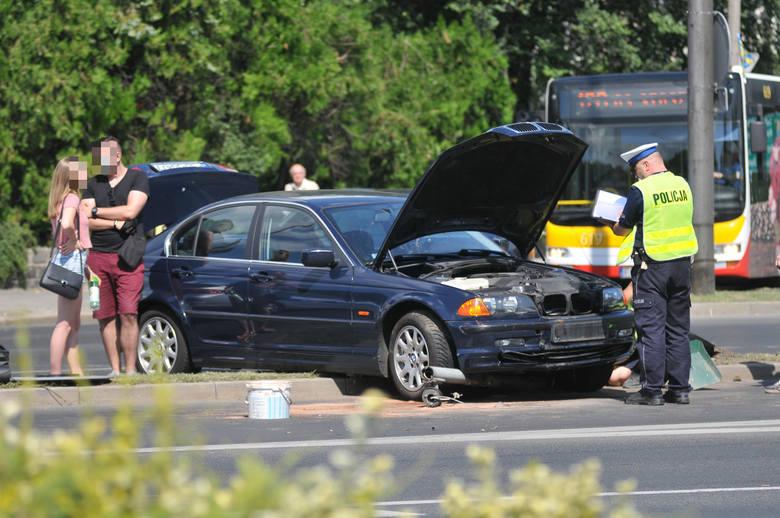 Do kolizji doszło w piątek, 27 lipca, na skrzyżowaniu ulic Jagiełły i Chrobrego w Gorzowie Wlkp. To ścisłe centrum miasta. Osobowe bmw wypadło z drogi